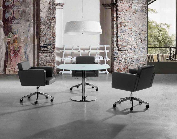 Conjunto formado por sillas serie Cube junto a mesa serie Steel